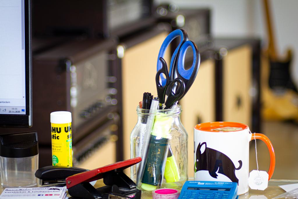 Rennsau Office mit Tasse und Produkten im Hintergrund