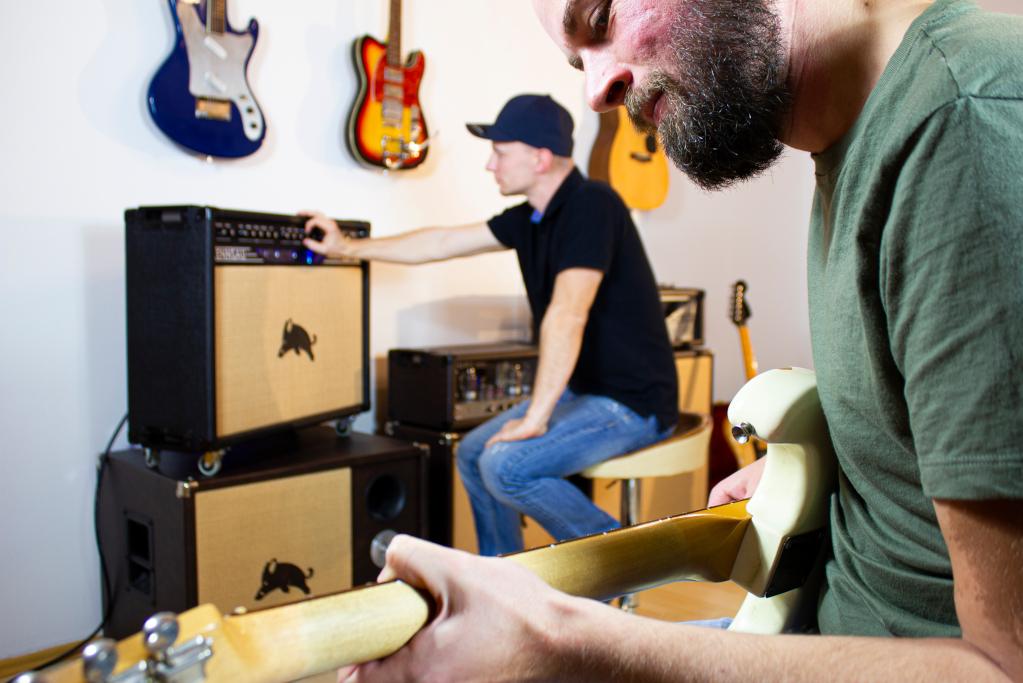 Rennsau Team beim Gitarre spielen und einstellen